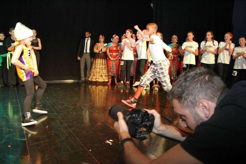 Lola baila junto a otros finalistas. (EL CORREO)