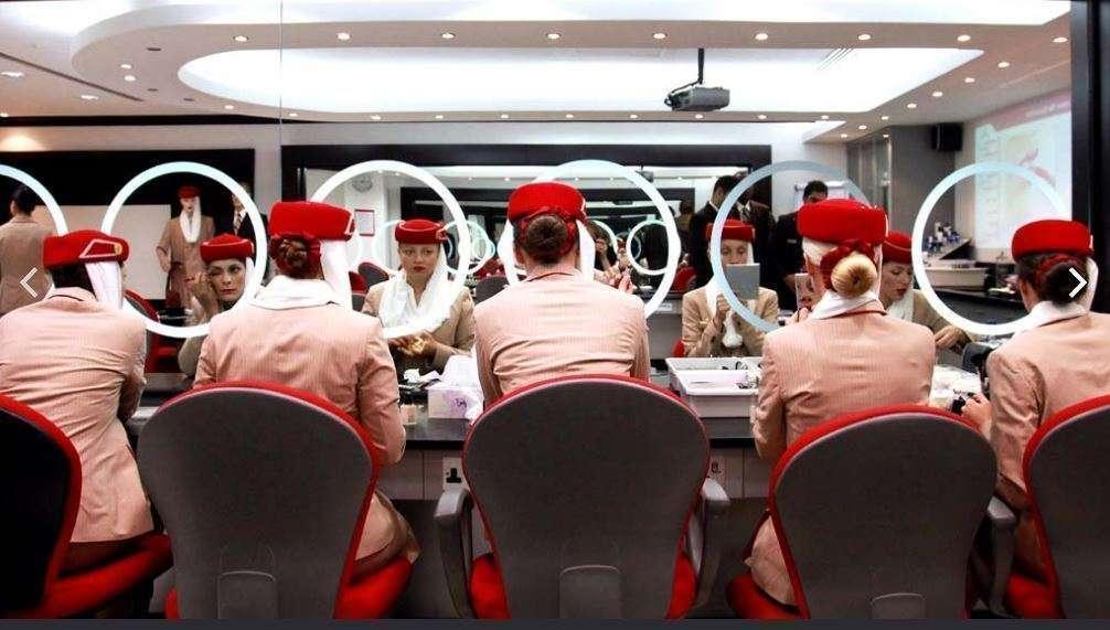 Tripulantes de cabina de la aerolínea Emirates en clase de maquillaje.