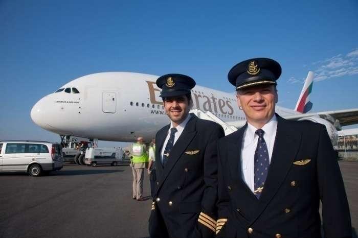 Personal de cabina ante un Emirates A380.