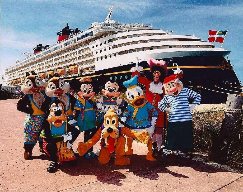 Un barco Disney con sus personajes.