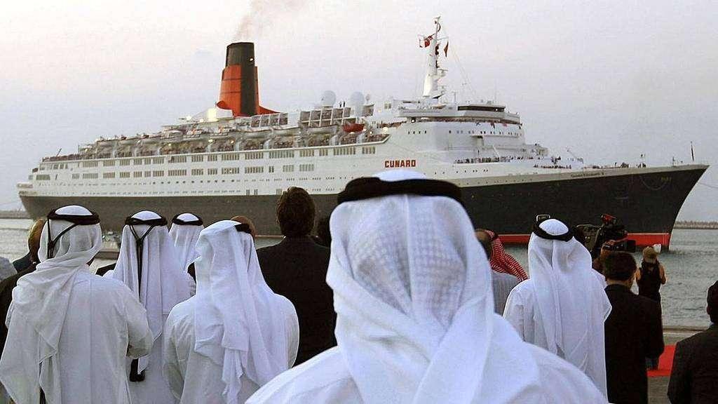 El Queen Elizabeth II a su llegada a Dubai en 2008.