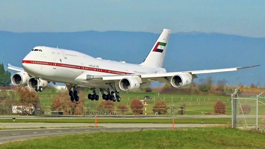 El avión presidencial de EAU en la pista del aeropuerto de Ginebra.