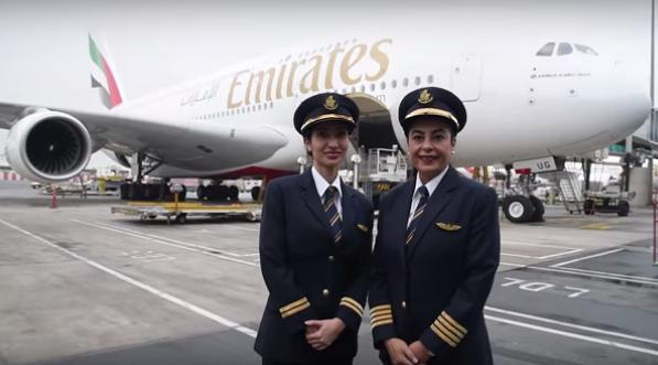 Imagen de las dos pilotos junto al A380 de Emirates.