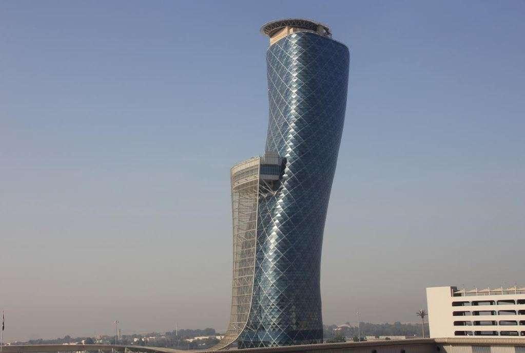 El edificio Capital Gate de Abu Dhabi. (EL CORREO)