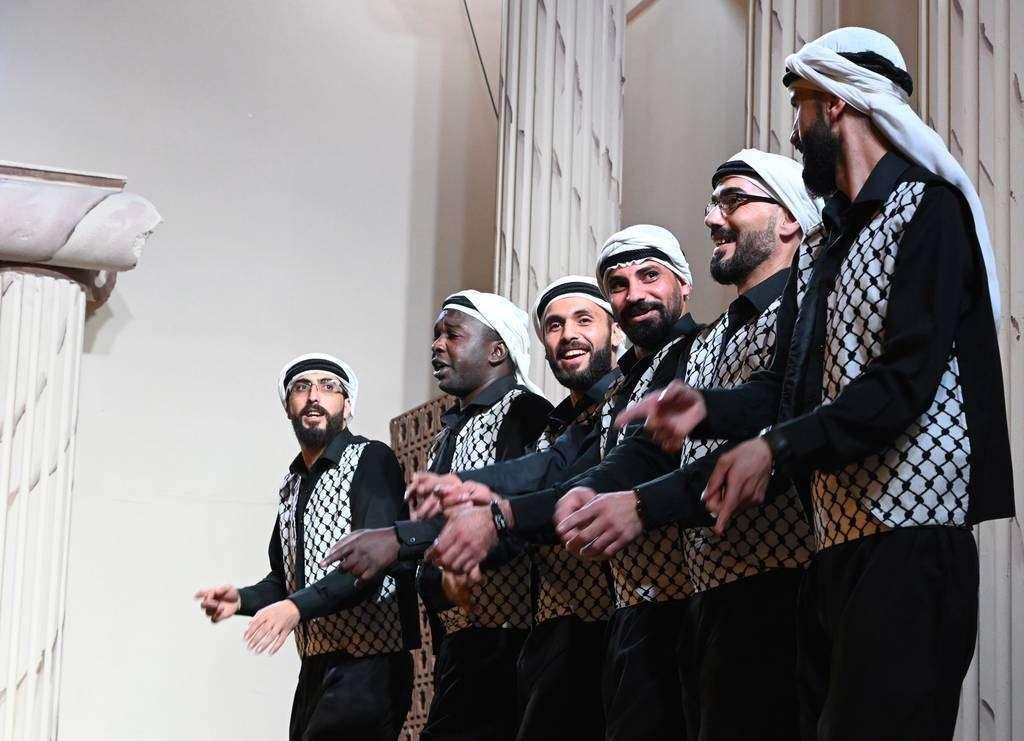 Un grupo de artistas árabes realizan un divertido baile. (EL CORREO)