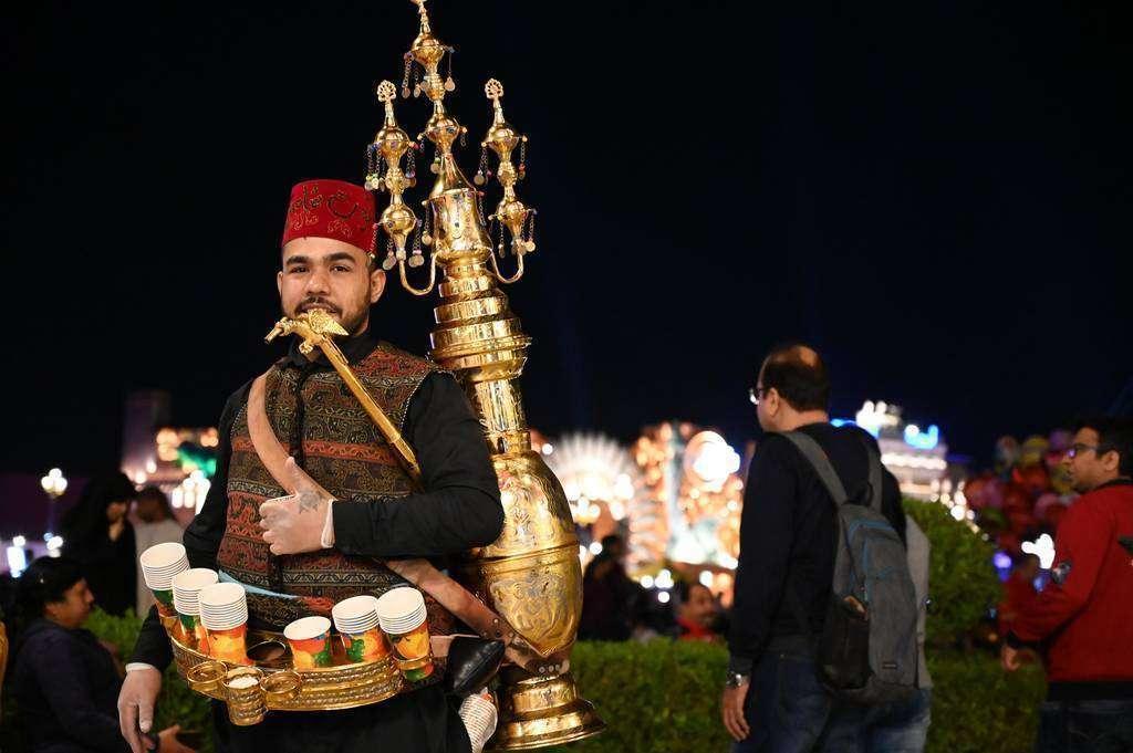 Un hombre con su traje típico ofrece degustaciones a los visitantes. (EL CORREO)