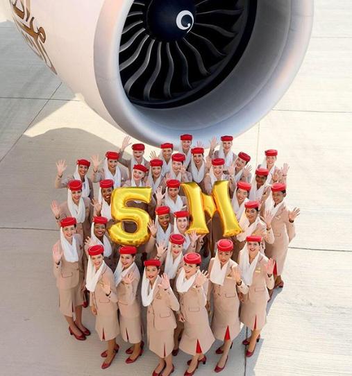 Tripulantes de cabina de Emirates celebrando los cinco millones de seguidores en Instagram.