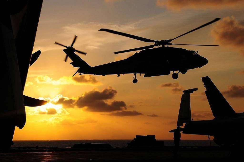Un helicóptero sobrevolando en el cielo.