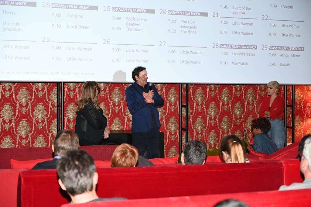El cineasta Agustí Villaronga, durante el coloquio con los asistentes. (EL CORREO)