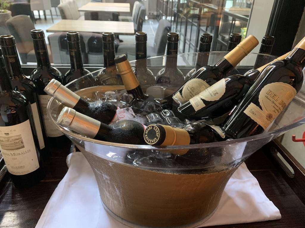 Botellas de vino en un restaurante en Emiratos Árabes. (EL CORREO)