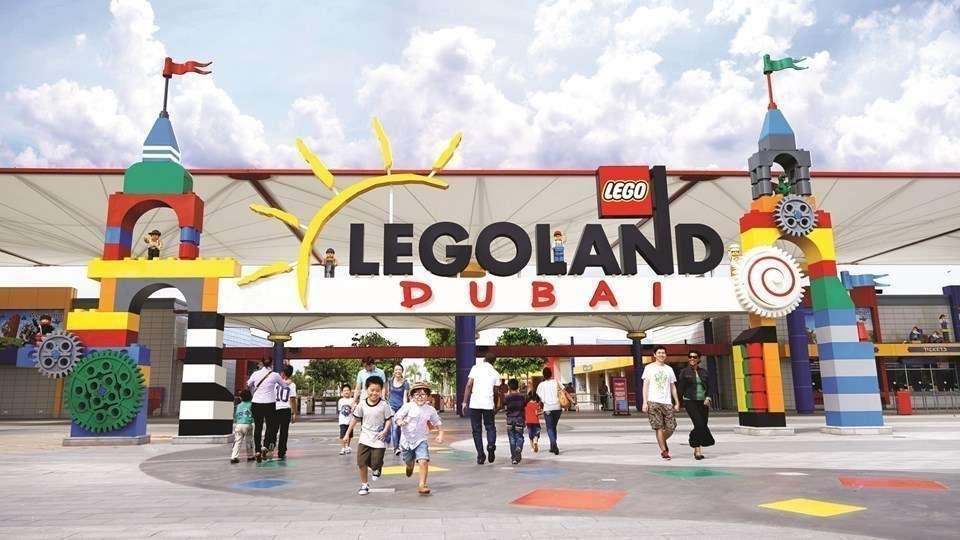 Una imagen de la entrada al parque de Dubai de Legoland.