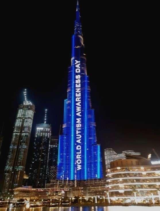 El Burj Khalifa, iluminado con motivo del Día Mundial del Autismo. (EL CORREO)