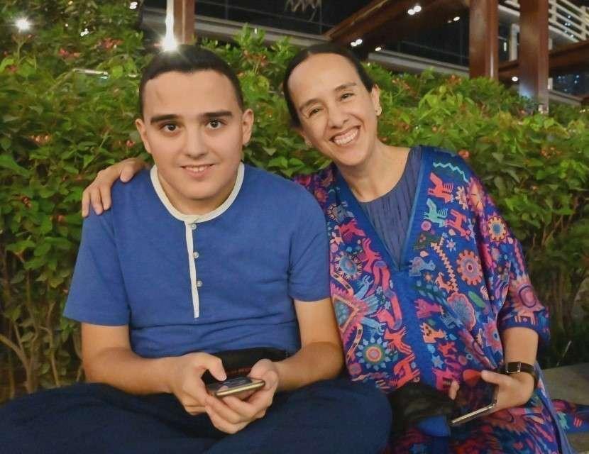 La embajadora de México, Francisca E. Méndez, junto a su hijo Fernando en Dubai. (EL CORREO)