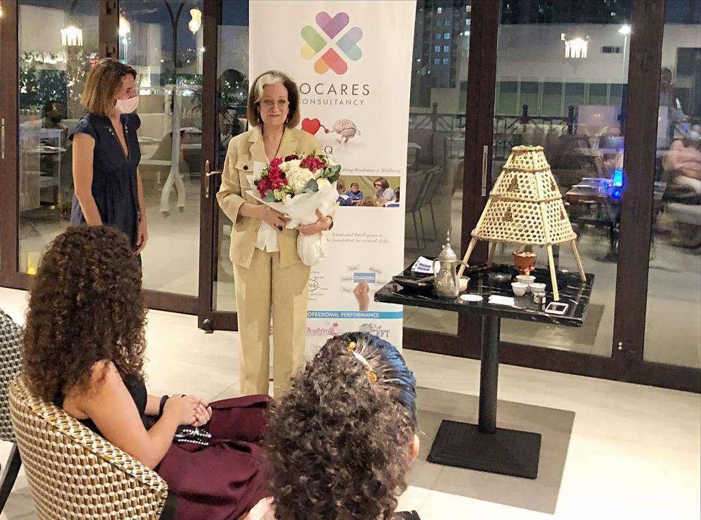 Inocenta Sánchez recibe un ramo de flores de Amaya Delgado tras su intervención en el hotel Occidental Al Jaddaf de Dubai. (EL CORREO)