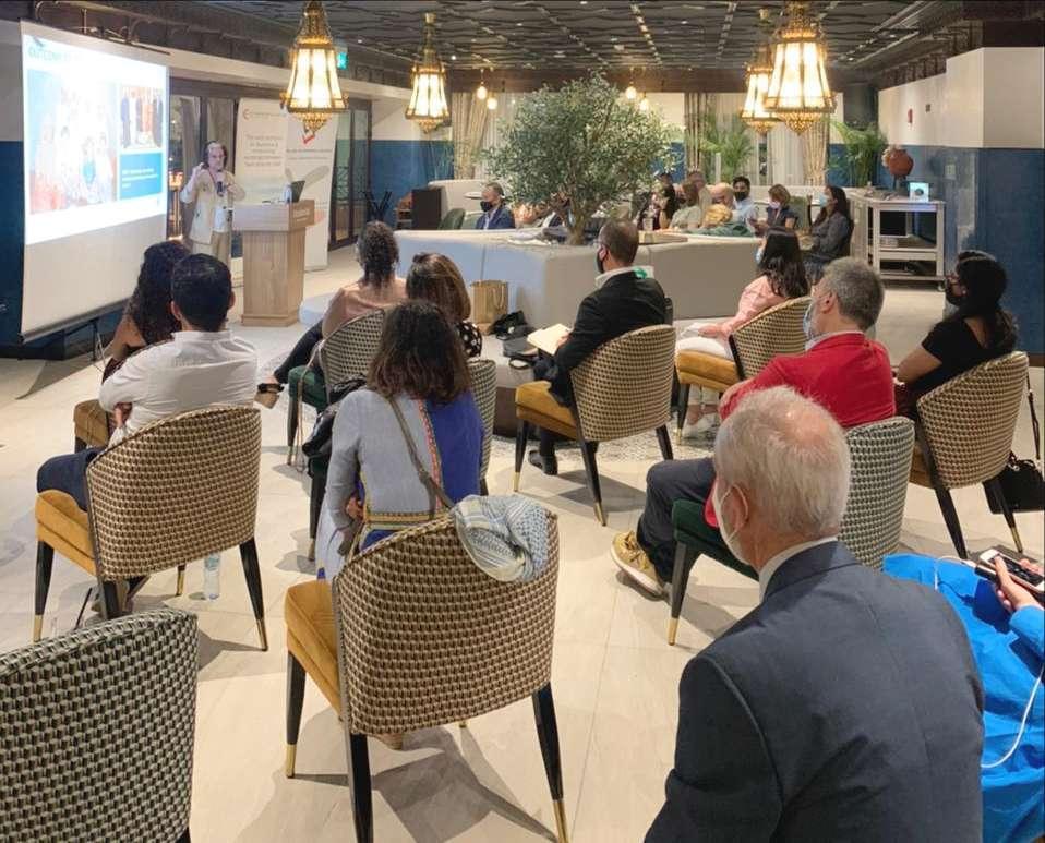 Los numerosos asistentes siguen con atención la conferencia de la antropóloga Inocenta Sánchez. (EL CORREO)