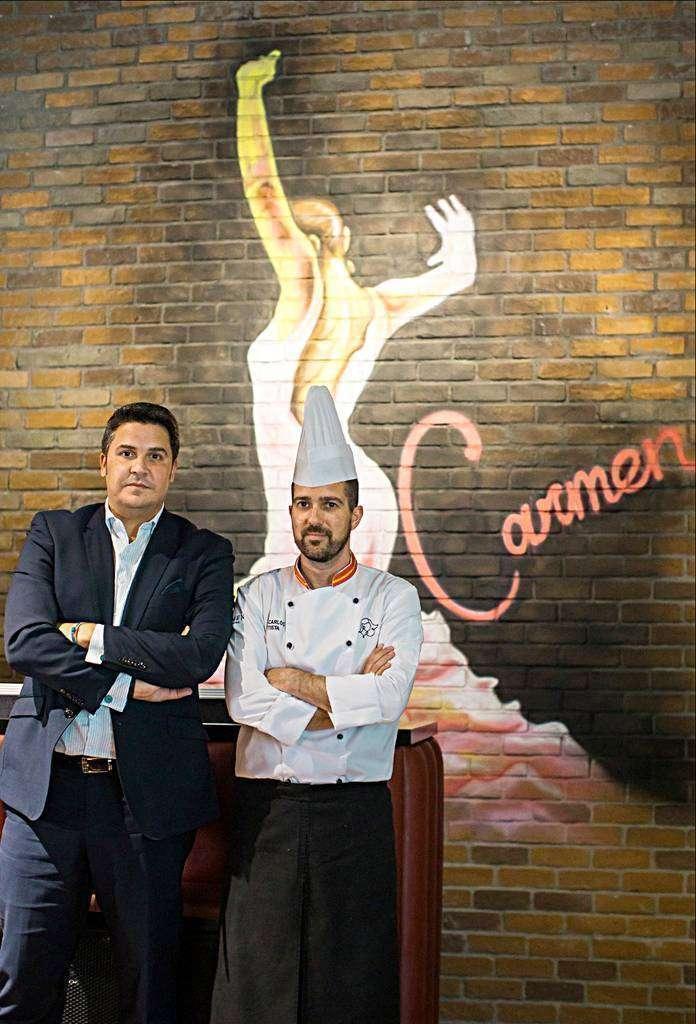 Eduardo Espiritusanto -izquierda- y Juan Carlos Bautista, ante el gran mural flamenco que preside la sala del restaurante Carmen en el Occidental Al Jaddaf de Dubai. (Cedida)