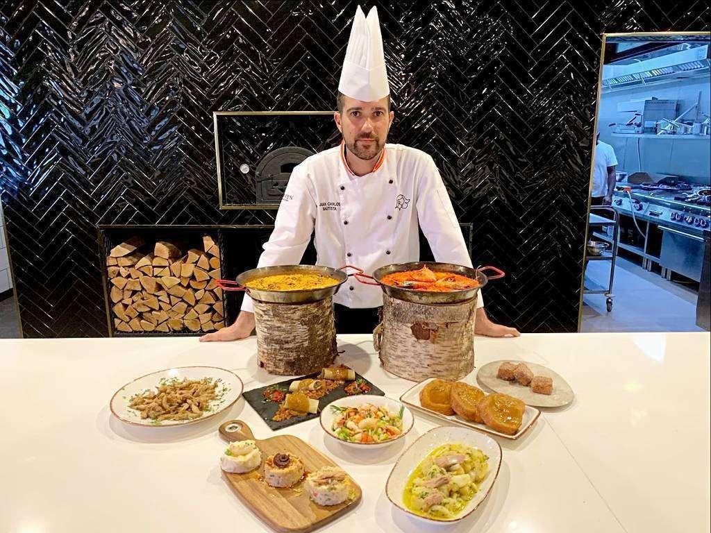 El chef Juan Carlos Bautista posa junto a varias de las propuestas que servirá en el restaurante Carmen. (EL CORREO)