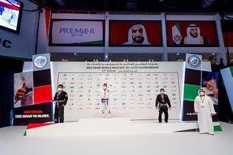 Willy Fernández recibe la medalla de oro en el campeonato de Abu Dhabi. (Cedida)