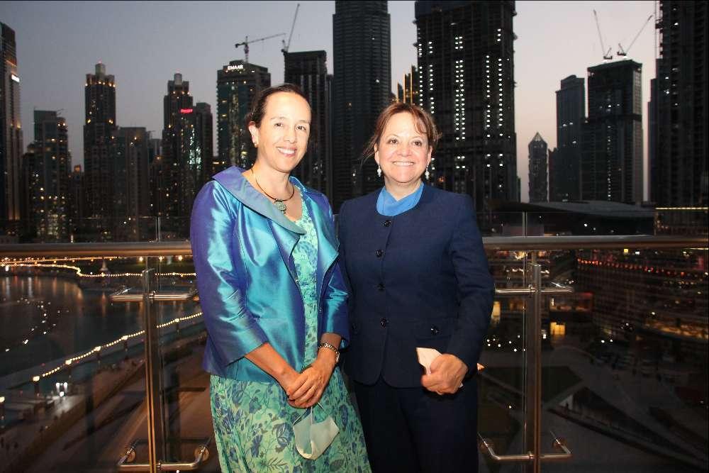 Francisca Méndez, embajadora de México en Emiratos Árabes, junto a Martha Delgado en Dubai Mall. (EL CORREO)