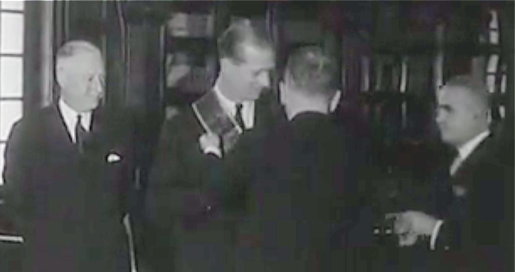 El Príncipe Felipe es condecorado en Bogotá durante la visita que llevó a cabo en 1962. (Fuente externa)