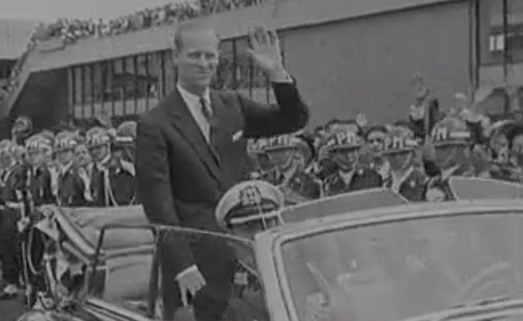 El Príncipe Felipe saluda mientras recorre las calles de Bogotá en coche descubierto durante su visita en 1962. (Fuente externa)