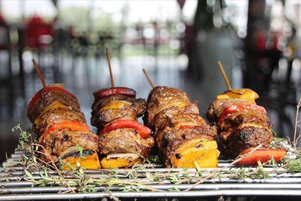 Deliciosos pinchos morunos servidos en un grill sobre una base de tomillo. (EL CORREO)