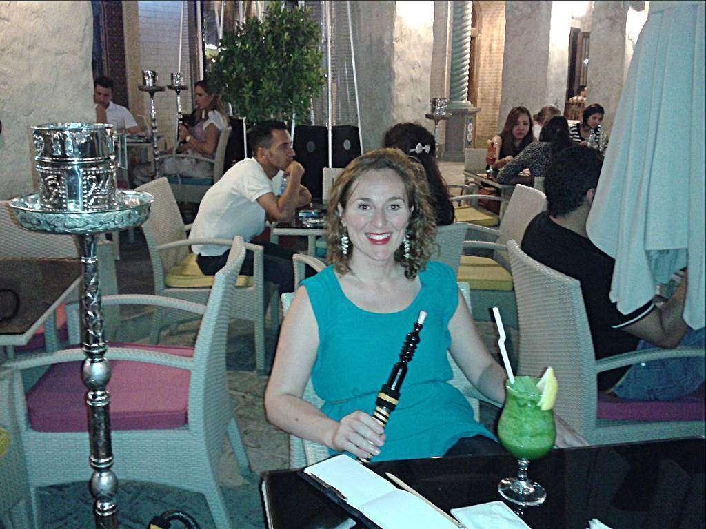 La arquitecta española fuma una shisha en un café de Doha. (Cedida)