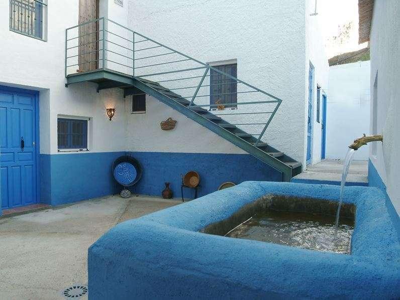 Pilar de la Casería El Pozo, situado en el patio que conforman los distintos alojamientos de la casa, todos cuidados al detalle. (Casería el Pozo)