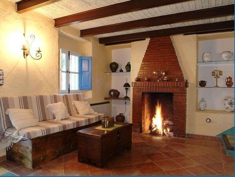 Detalle del salón con chimenea de la Casería El Pozo, inmemojarable para acoger encuentros de familia y amigos. (Casería El Pozo)