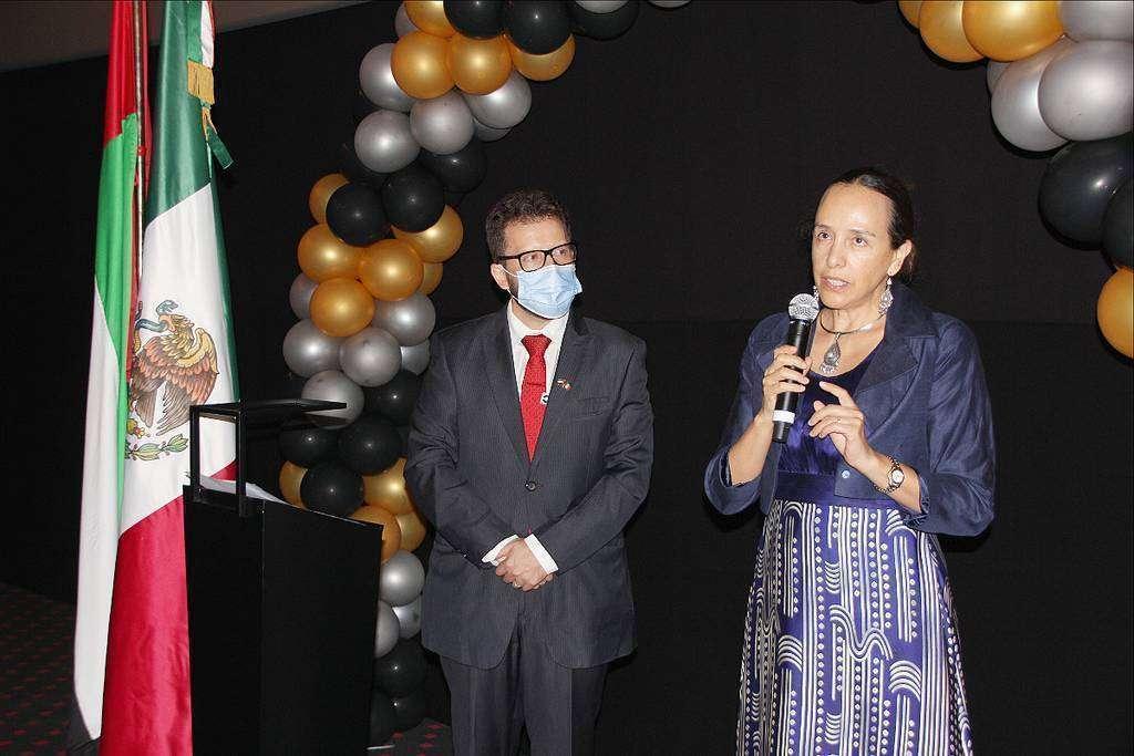 La embajadora de México, durante su intervención en la apertura del Festival de Cine Mexicano en presencia del CEO de Cinépolis Gulf. (EL CORREO)