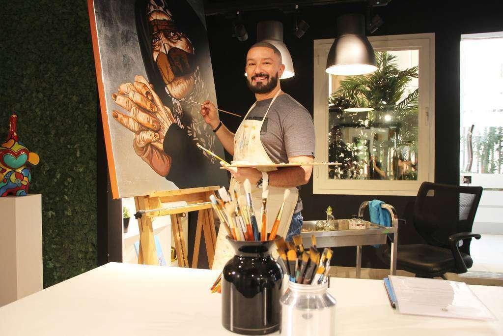Leonardo Montoya ultima una de sus obras en la Fundación Al Qasimi. (EL CORREO)