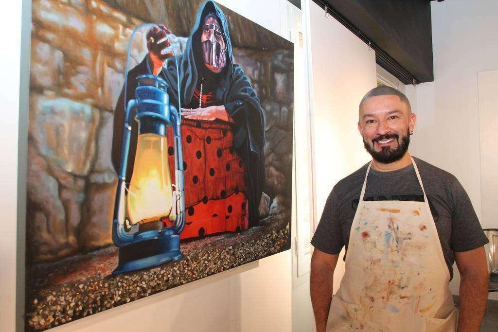 Leonardo Montoya, ante una de las obras que ha creado durante su residencia en Ras al Khaimah. (EL CORREO)