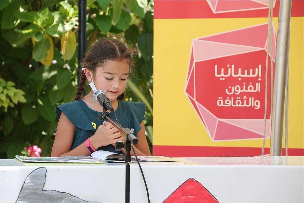 Una niña lee en Dubai un fragmento de Don Quijote durante la celebración del Día del Libro en Emiratos Árabes. (EL CORREO)