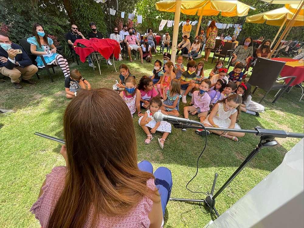 Los niños asistentes al Día del Libro en Dubai participan en el cuentacuentos. (EL CORREO)