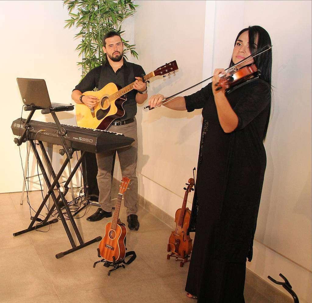 Los músicos colombianos Jwana y Jaime González amenizaron el evento con exquisita música instrumental. (EL CORREO)