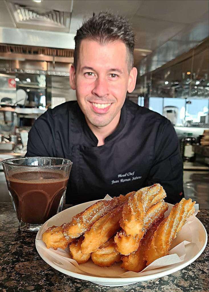 El chef Juan Ramón Sobero muestra los espectaculares churros que servirá el Casa de Tapas en su Chocolatá. (Cedida)