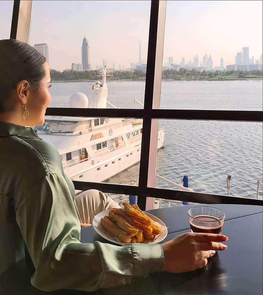 Mientras degustar los churros con chocolate puedes disfrutar de las impresionantes vistas del Creek y del Skyline de Dubai. (Cedida)