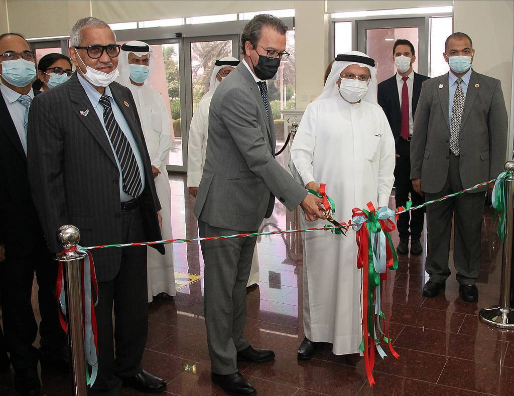 El embajador de España y el presidente del Comité de RAKMHSU cortan la cinta que abrió la exposición. (EL CORREO)