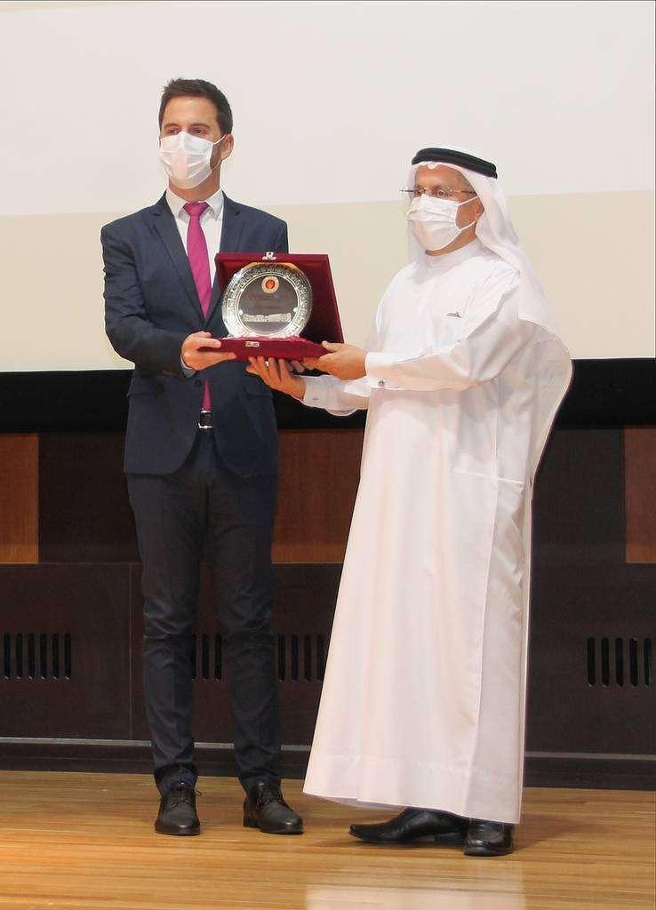 Jaime Iglesias recibe un obsequio de manos de Mohammed Hassan Omran Al Shamsi. (EL CORREO)