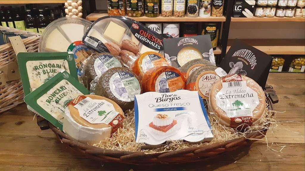 En La Despensa hay excelentes quesos llegados de los cuatro puntos cardinales de España. (EL CORREO)