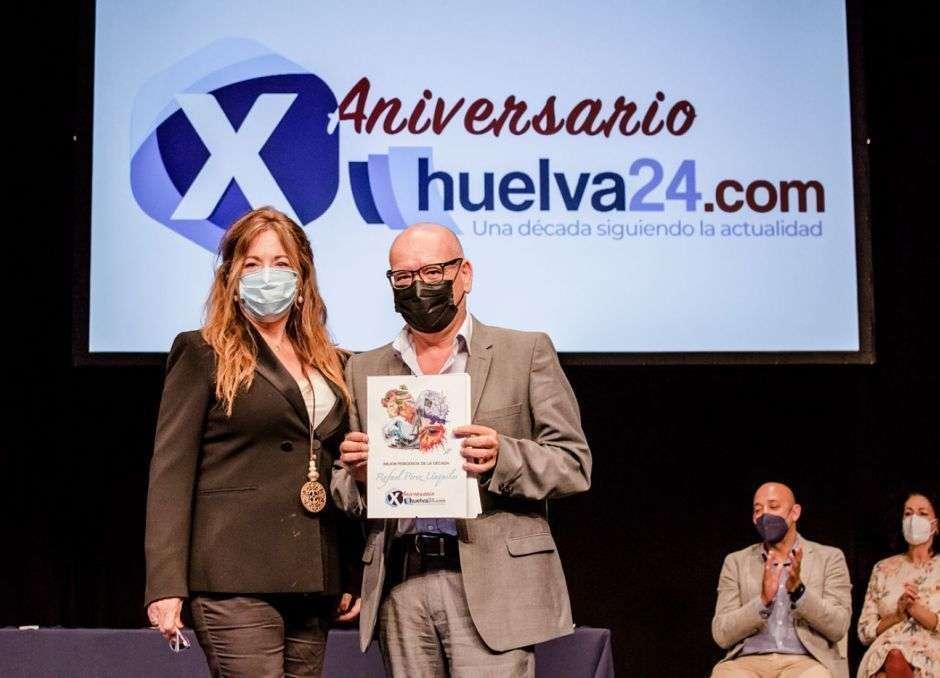Rafael Unquiles recibe el premio de Huelva24 de manos de la periodista Rosa Font. (Huelva24)