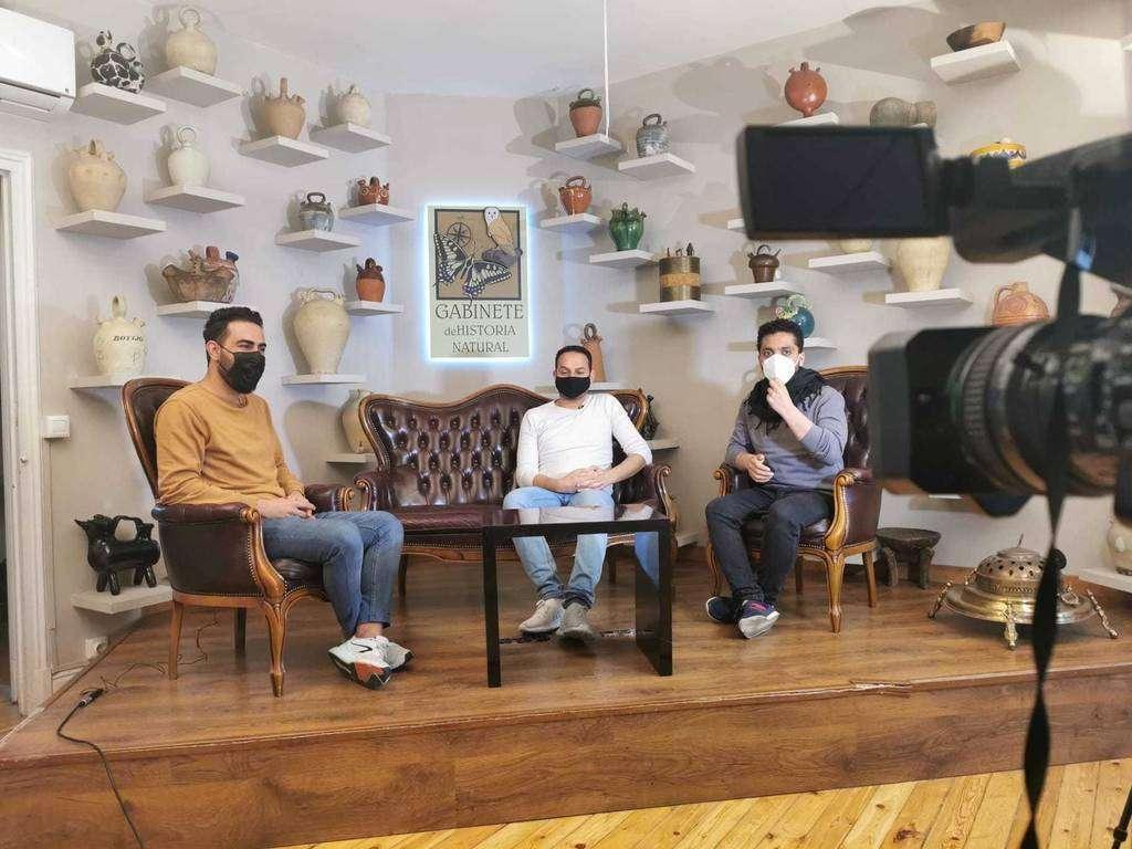 Los redactores de Baynana, durante la grabación de un programa de televisión. (Cedida)