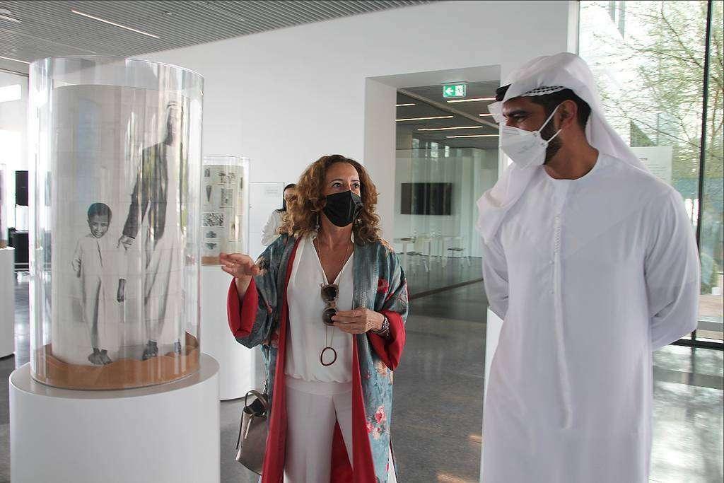 Salem Al Qassimi, subsecretario del Ministerio de Cultura y Juventud de Emiratos Árabes, atiende las explicaciones de la artista española María José Rodríguez Escolar durante la inauguración de la exhibición. (EL CORREO)