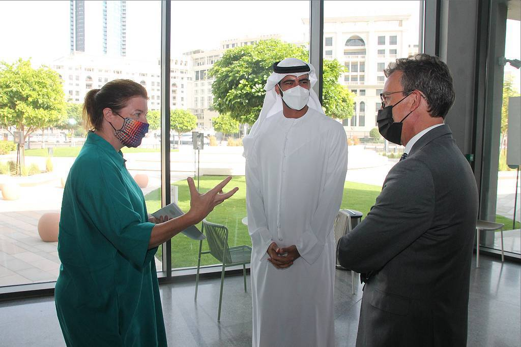 De izquierda a derecha, Antonia Carver, ditectora de Jameel Arts Center; Salem Al Qassimi, subsecretario del Ministerio de Cultura y Juventud de Emiratos Árabes: y Antonio Álvarez Barthe, embajador de España en Abu Dhabi. (EL CORREO)
