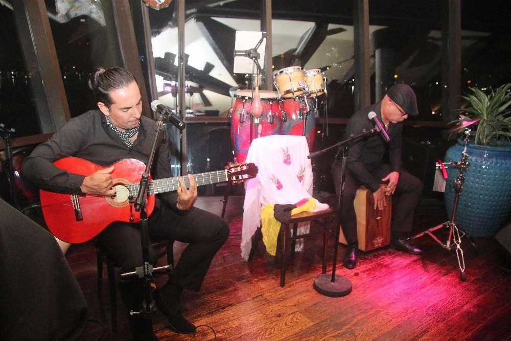 El guitarrista Sergio Catalán y el percusionista Gilberto Moncada, en plena actuación. (EL CORREO)