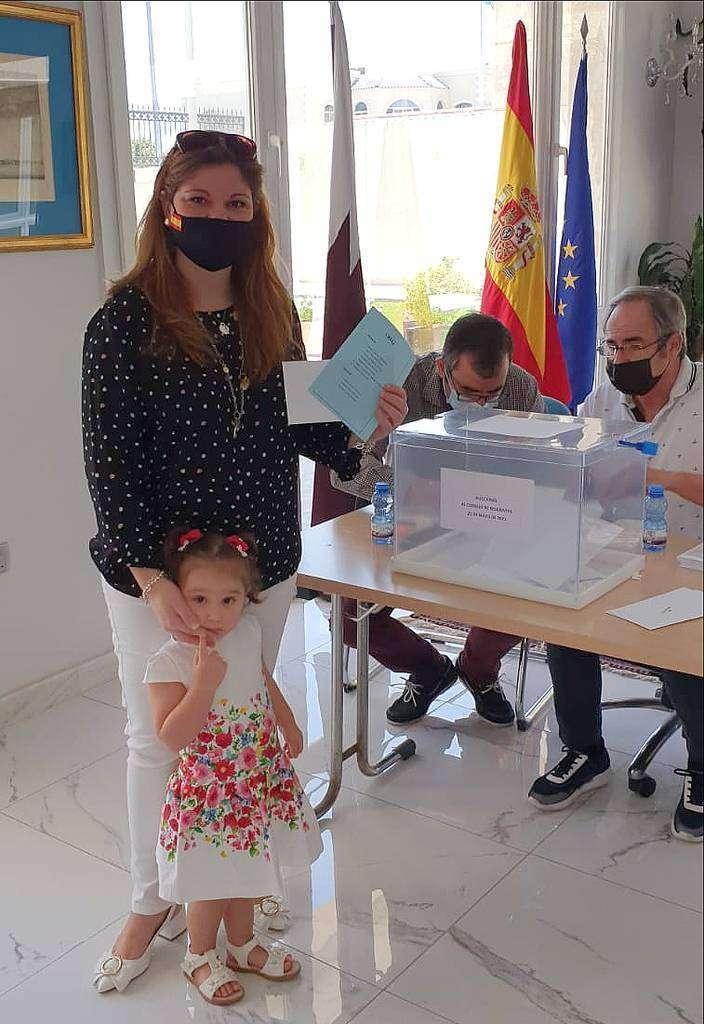 Nerea Agúndez, número de la candidatura, en el momento de depositar el voto junto a su hija Blanca. (Cedida)