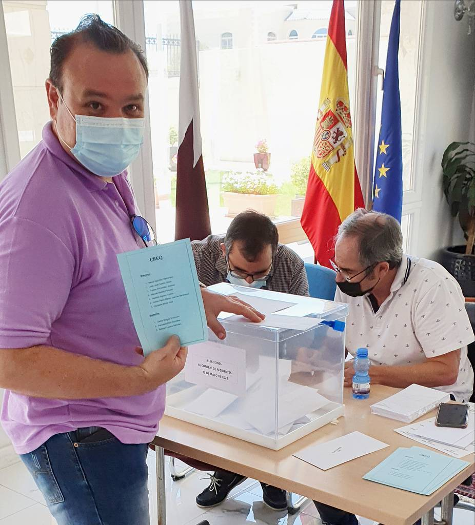Juan José García, número dos de la lista, ante la urna. (Cedida)