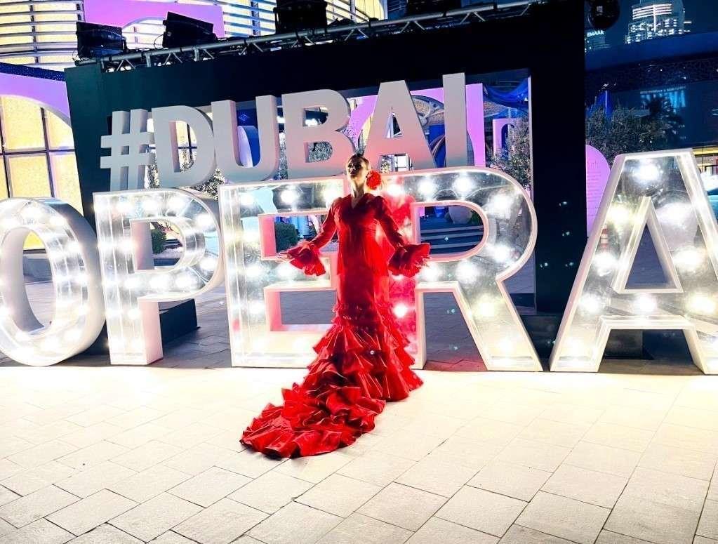 Amalia Megías ante la Ópera de Dubai. (Cedida)