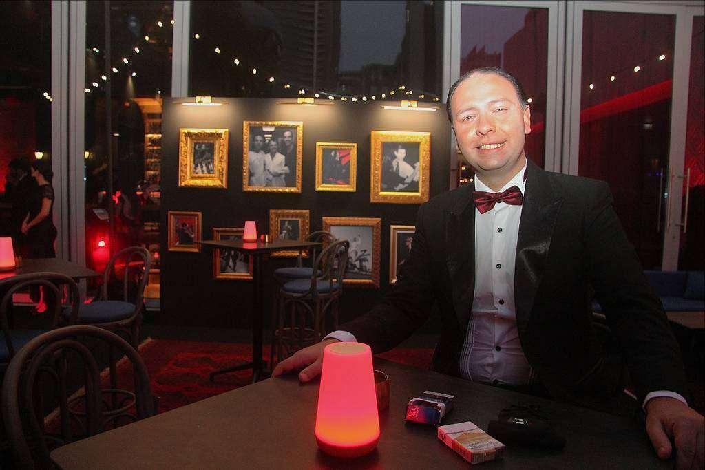Enrique Macana, alma de la Casa del Tango de Dubai, durante la apertura del establecimiento con fotos suyas en segundo plano. (EL CORREO)