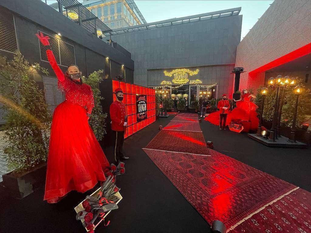 Espectacular acceso a La Casa del Tango durante la noche del 'opening'. (EL CORREO)